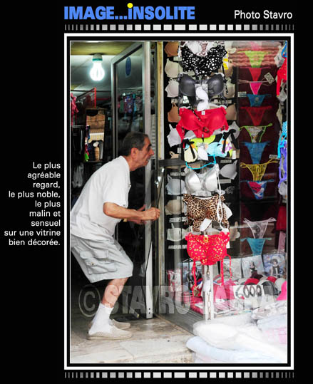 photo stavro - Byblos: Le plus agreable regard sensuel sur une vitrine bien d�cor�e